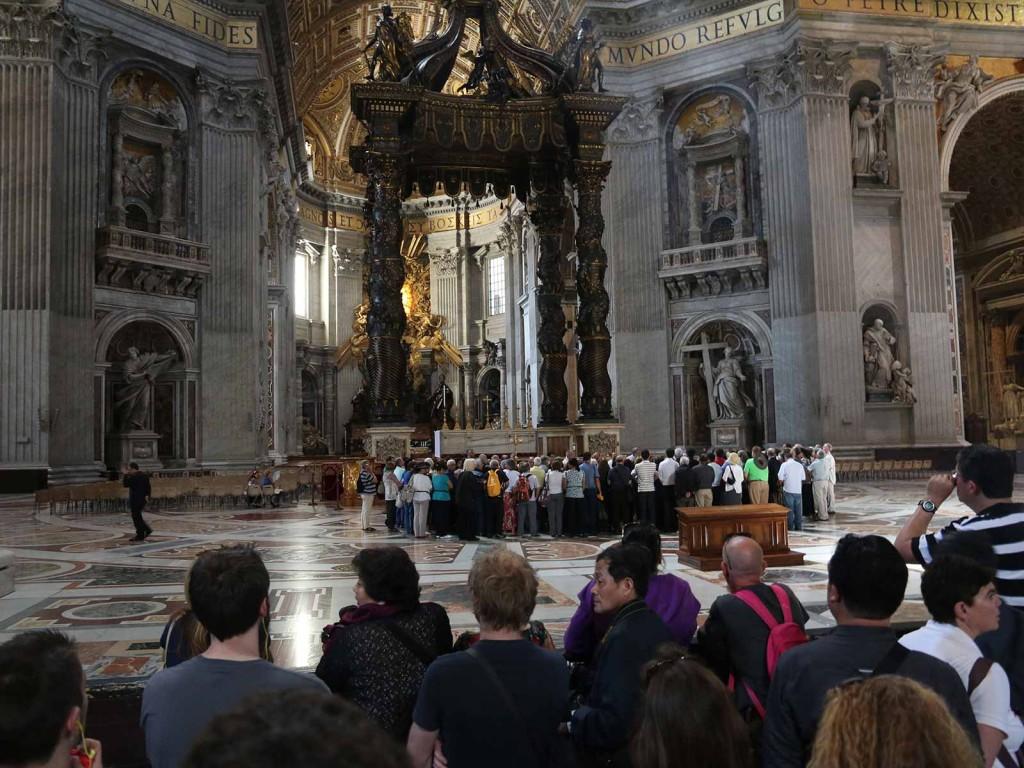 Der Altar befindet sich im Zentrum, unter einem 29 Meter hohen Baldachin aus Bronze und Holz.