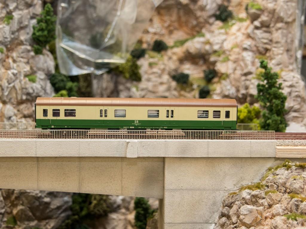 Dies ist der Modellbau-Testzug um herauszufinden, ob die späteren Züge problemlos alle Kurven und Tunneleingänge passieren werden.