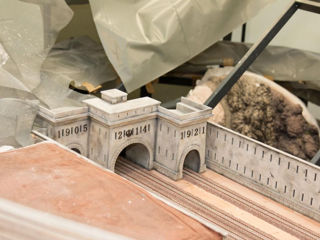 Das Original dieses Tunnelportals hat eigentlich nur zwei Eingänge. Hier haben sich die Modellbauer beim Bau des dritten Einganges mit der Jahreszahl des Baus verewigt.