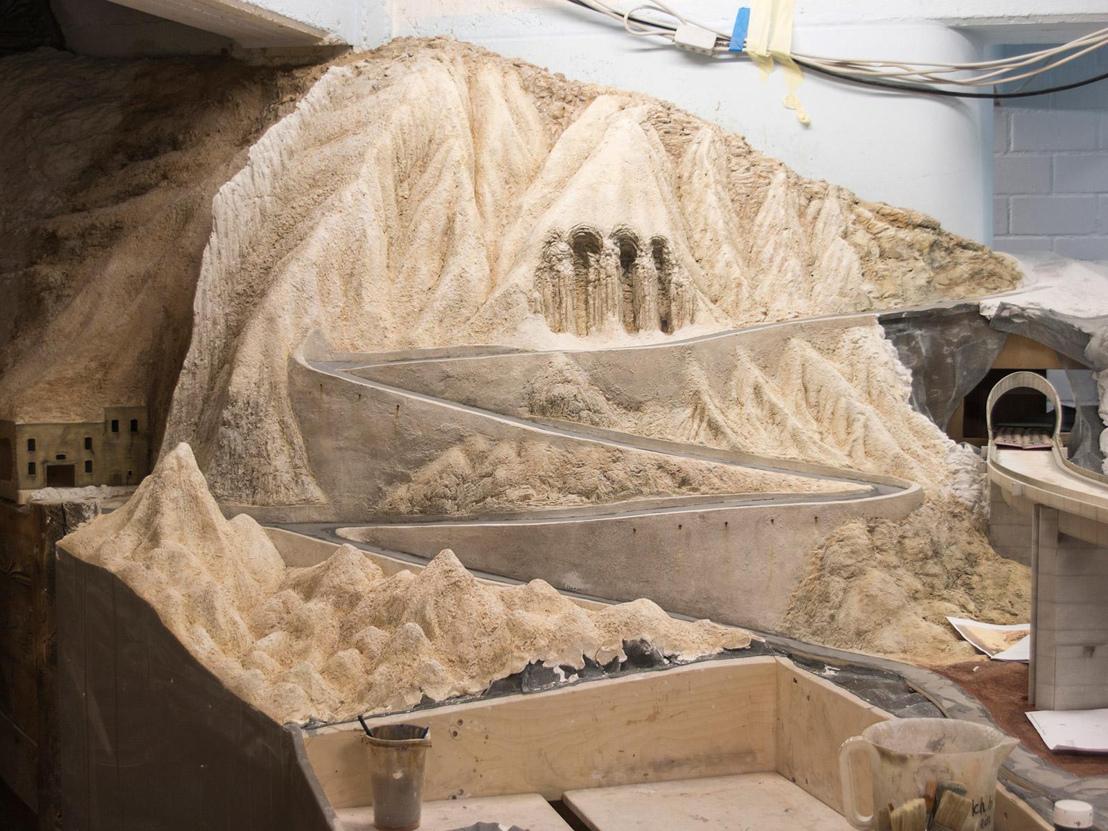 Im Bereich Vesuv hat sich in den letzten Wochen einiges getan.An diesem Beispiel kann man sehr schön sehen, wie wichtig eine realistische Begrünung der Anlage ist. Hier wirken die Felsen noch relativ kühl...