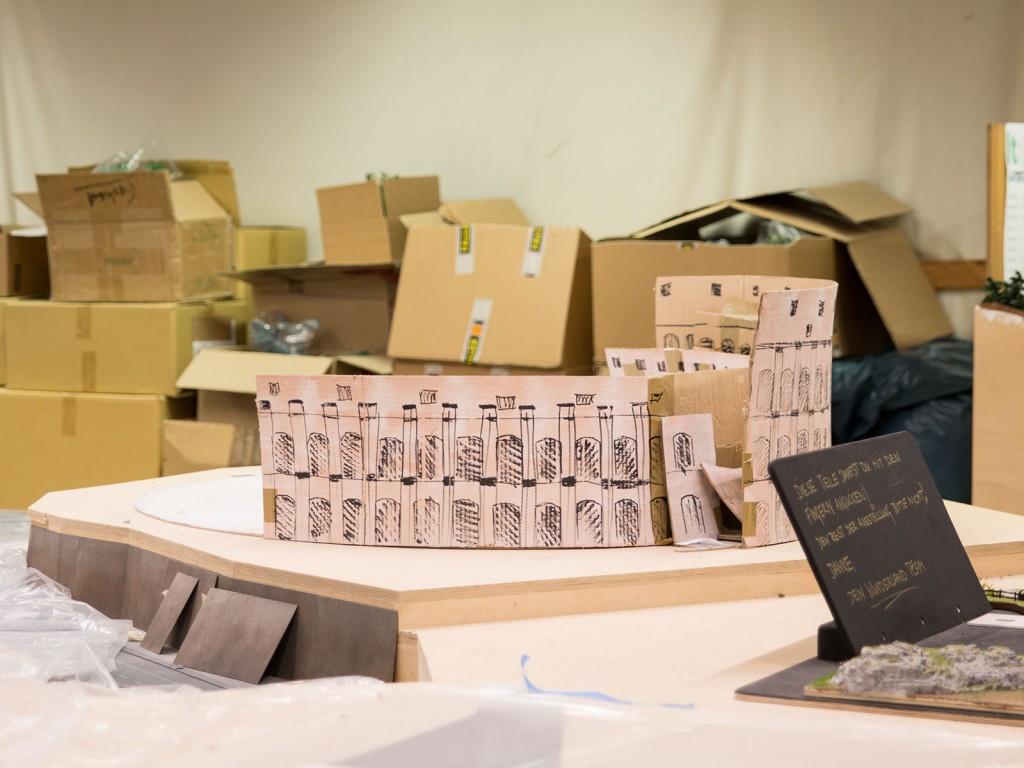 Pappgebäude dienen zur Zeit noch als Platzhalter, auch wenn sie nicht immer an ihrem richtigen Ort stehen. Das Colosseum gehört natürlich nicht auf den Petersplatz.