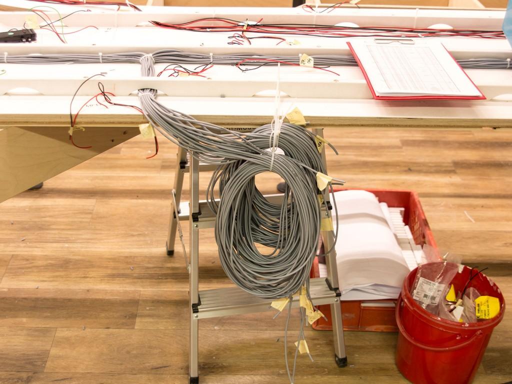 Die Kabelstränge werden an mehreren Standorten gebündelt und auf Tellern verbunden.