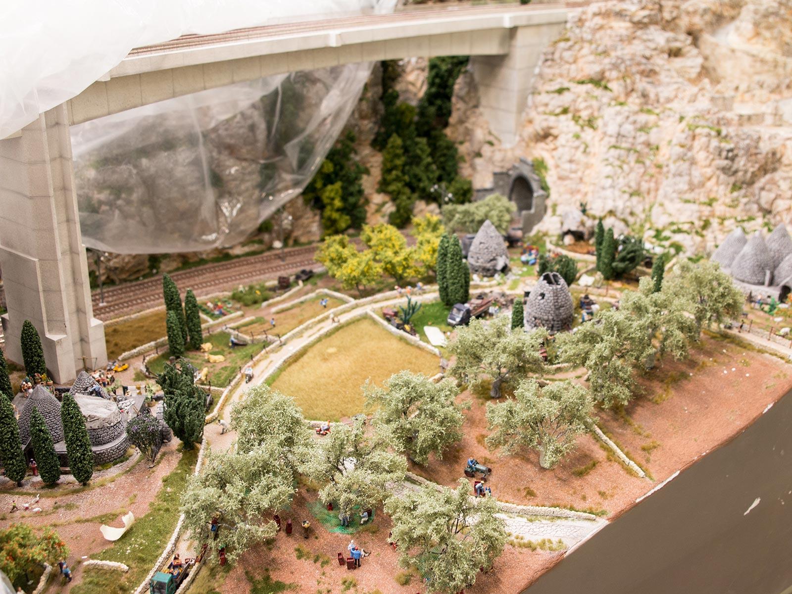 Hier sieht man die Trulli-Häuser umgeben von vielen, kleinen Szenen zum Entdecken, die bereits ausgeschmückt sind.