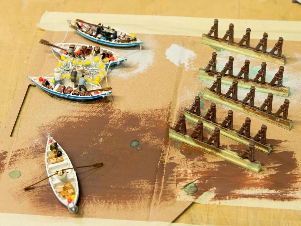 Die braunen Masten, rechts im Bild, sind die Festmacher für die Boote und werden später mit Gießharz unter Wasser gesetzt.
