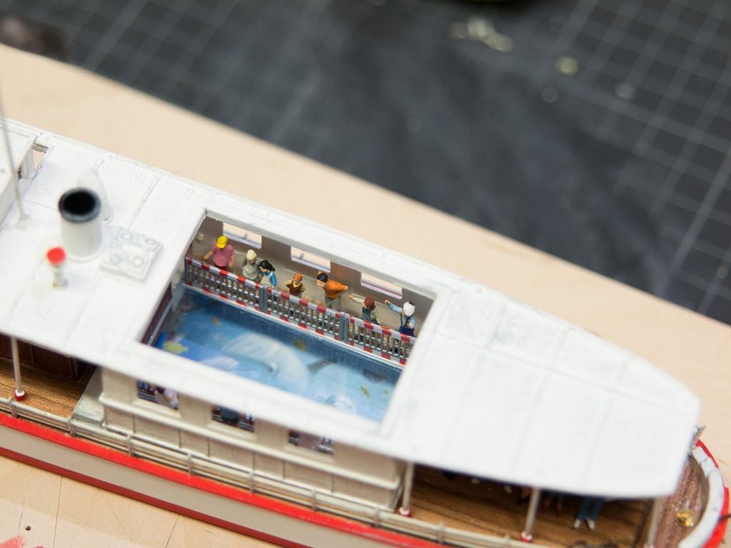 Eine Knopfdruckaktion wird mithilfe eines kleinen, eingebauten Monitors den Passagieren die Unterwasserwelt unterhalb des Wasserspiegels ganz nahe bringen. Hierfür hat Gaston Teile aus Boden und Dach herausgefräst und mit einem 35x50 mm großen Monitor versehen. Ein wahres Highlight - vor allem für die Kinder!