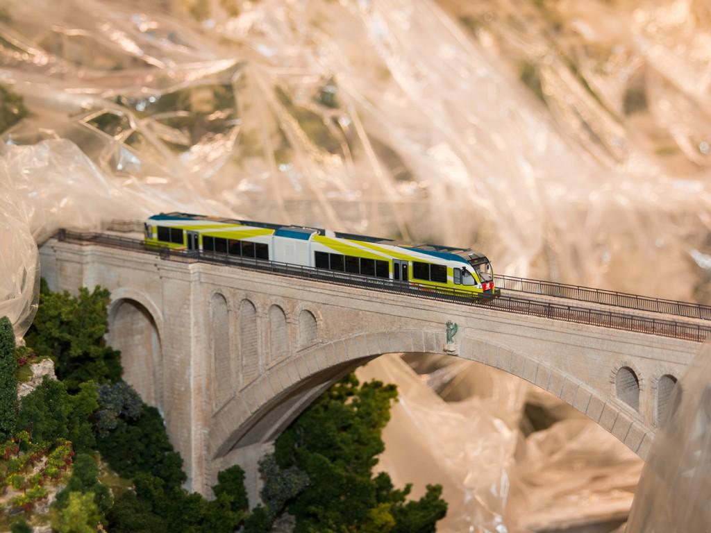 Bei dieser Diesellok handelt es sich um die Piko 96744. Sie wird sich später über viele Brücken hinweg die Schluchten der Amalfiküste überwinden.