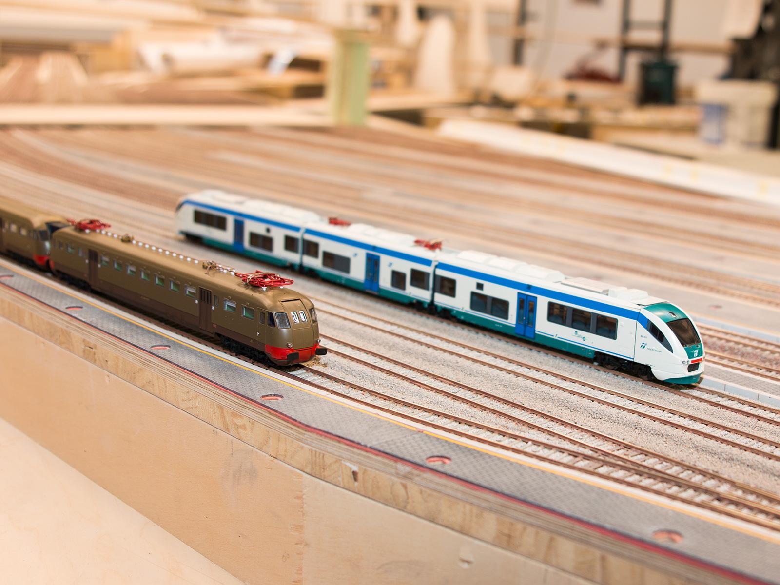 Nun mal zu einem anderen Standort. Auch wenn vom Bahnhof Rom noch nicht all zu viel zu erkennen ist können wir euch trotzdem schon einige Züge vorstellen, die später hier ein- und ausfahren werden. Wie zum Beispiel diese beiden Modelle. Es handelt sich um die Modelle 1538 und 1039 des Herstellers ViTrains. Da wir immer bemüht sind nicht nur moderne oder nur historische Züge zu zeigen, haben wir uns in diesem Fall für beide Modelle des Zuges entschieden.