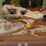 Bevor die Anlage begrünt werden kann, wird sie zunächst gebräunt. Dadurch sieht der Erdboden später unter der Begrünung realistischer aus.