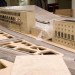 Unter der Plane hält sich das Gebäudes des Bahnhofs in Rom noch relativ bedeckt. Man kann aber trotzdem schon gut den architektonischen Kontrast zwischen den beiden Gebäudeteilen erkennen!