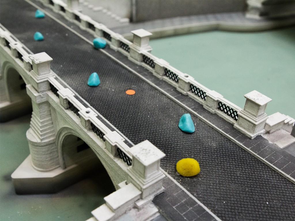 Auf der Engelsbrücke sind diese bunten Kugeln zu finden, bloß wofür?