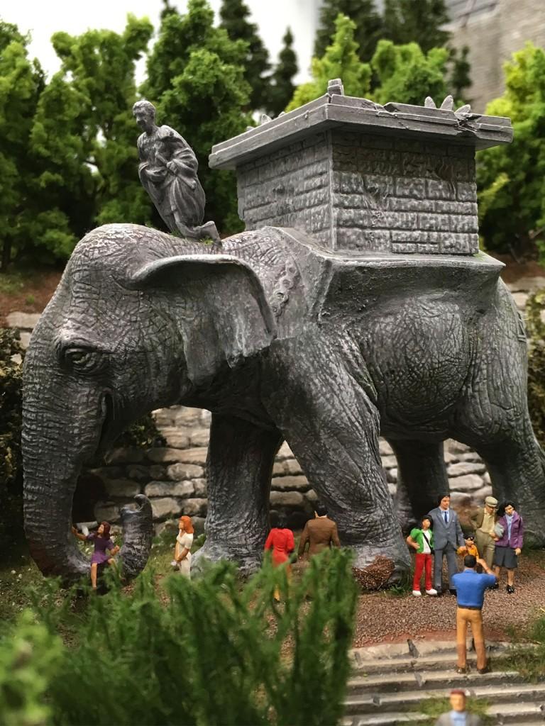 Elefanten bringen Glück haben die Leute gesagt. Ich bin dann 8 Mal um den Elefanten herumgelaufen und es ist bisher nichts Gravierendes passiert. War nur nervig und anstrengend. Die haben doch alle ein Rad ab…Mal ehrlich!
