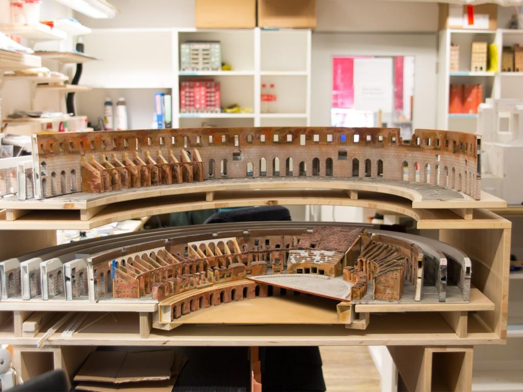 Vom Kolosseum haben wir euch länger nicht mehr berichtet, das heißt aber nicht, dass daran nicht gearbeitet wird! Teresa arbeitet in der Modellbauwerkstatt stetig an diesem Meisterwerk weiter.