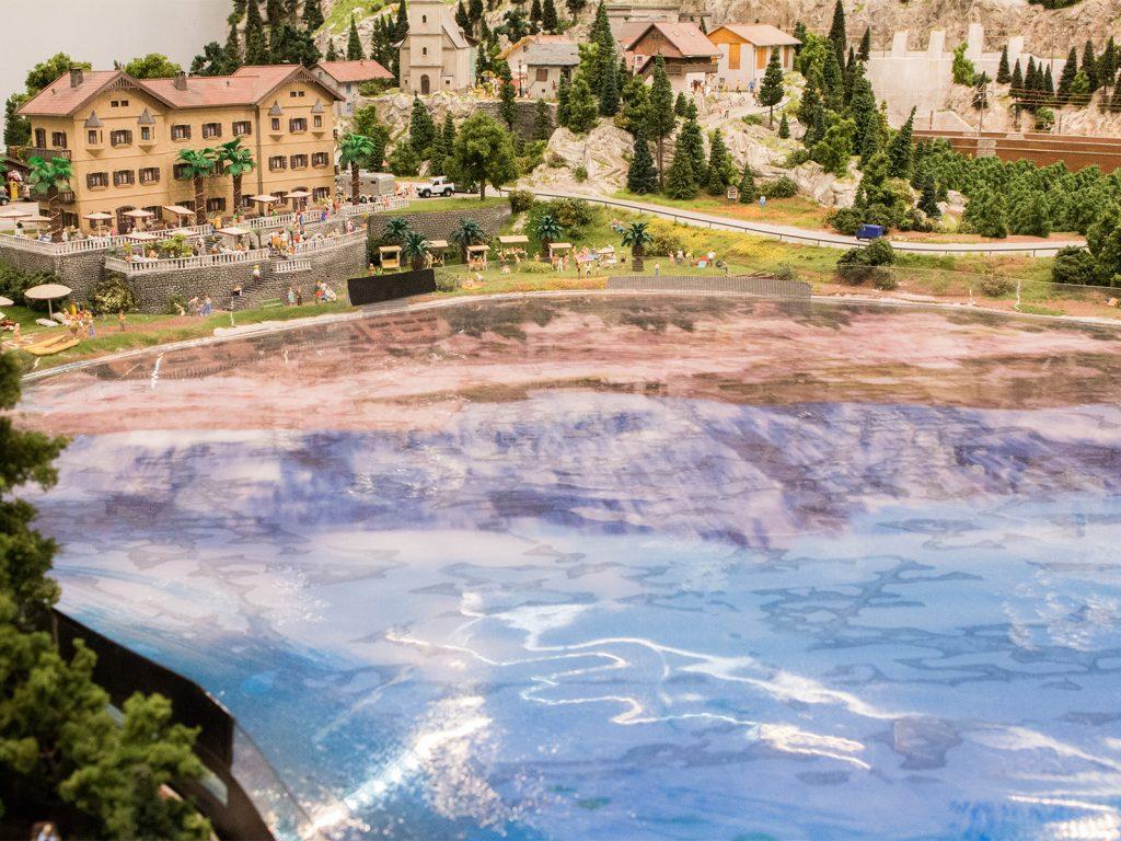 Zurzeit kann man eine Oberfläche die die umliegende Landschaft spiegelt sehen. Das soll aber nicht so bleiben… (dazu aber im nächsten Baustellenreport mehr)