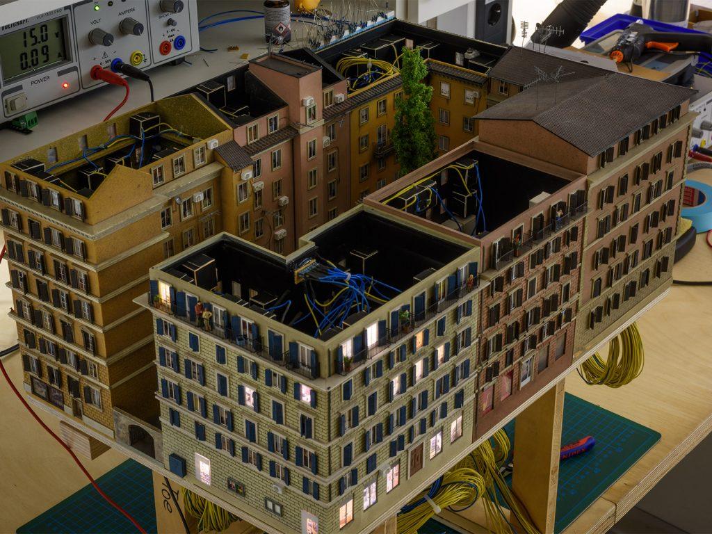 Und im Modellbau ist gerade ein neuer Häuserblock mit einem ganz besonderen Ausblick auf den Petersdom fertig geworden.