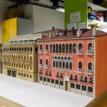 Die ersten Gebäude werden bereits in den Werkstätten gefertigt.