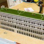 Da bei all den Pflaster-und Wasserflächen später nicht wirklich Platz für Grünflächen bleibt, haben unsere Modellbauer von Beginn an mitgedacht. Ein Fußballplatz muss her – auf das Dach!