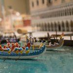 In prächtig leuchtenden Kostümen werden erste Bootsrennen ausgetragen.